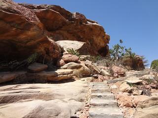 Subida da rocha onde estão as pinturas rupestres