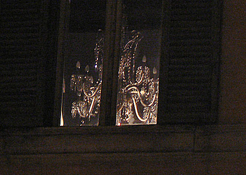 lustre derrière fenêtre.jpg