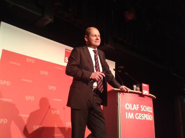 Olaf Scholz im Gespräch in Harburg