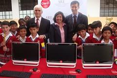 """Donación de computadoras a Escuela """"Benito Juárez"""" por empresa mexicana CLARO en Quito, Ecuador."""