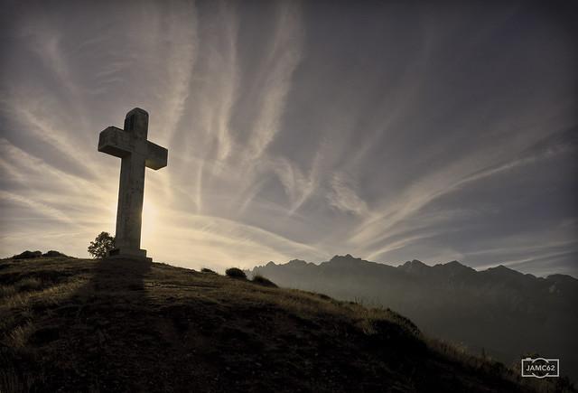 Cruz de la Viorna con el Nacizo Oriental como fondo/ La Viorna cross with the Oriental Massif of Picos de Europa mountain range in the background