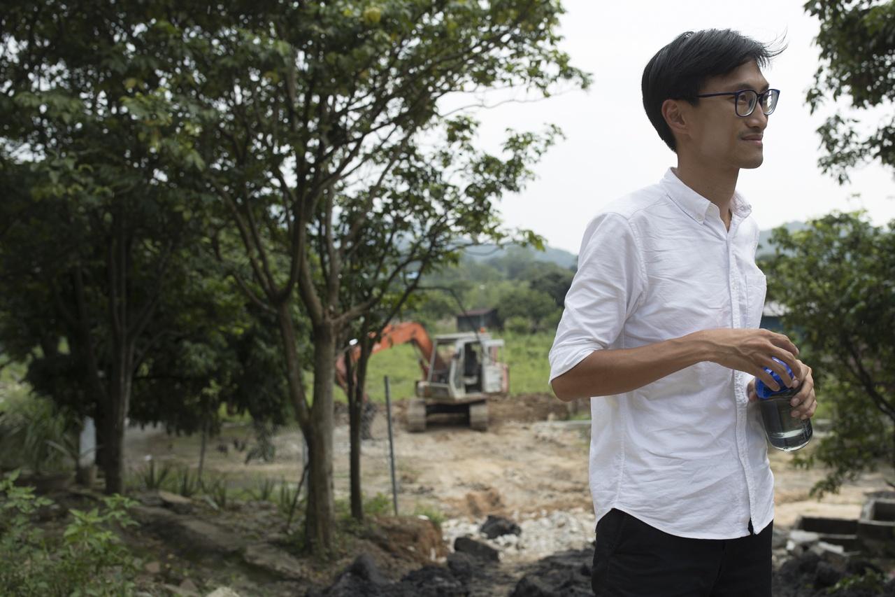 朱凱廸投身多場城市保育運動後決定搬入菜園新村。8月20日他收到新田村民來電,告知他有人倒泥,他隨即入村幫忙。(余俊亮攝)