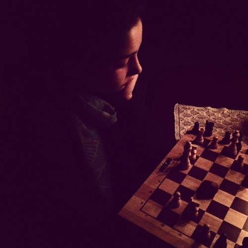 Jogar xadrez à luz da vela