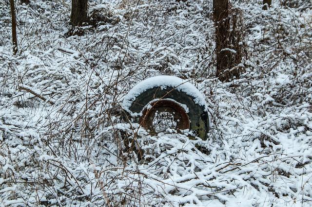Promenade dans la neige - Pneu abandonné