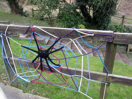 Unravel yarnbombing (5)