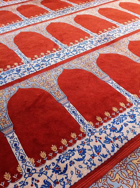Beautiful carpet in Suleymaniye Mosque, Istanbul, Turkey イスタンブール、スレイマニエ・モスクのカーペット
