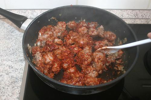 26 - Tomatenmark anschwitzen / Braise tomato puree