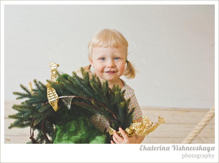 фотограф Екатерина Вишневская, хороший детский фотограф, семейный фотограф, домашняя съемка, студийная фотосессия, детская съемка, малыш, ребенок, съемка детей, фотография ребёнка, девочка, блондинка, рождественский венок, праздник, фотограф москва