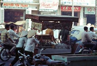 Saigon Nov 1968 - Noodle cart in traffic. Đường Nguyễn Văn Sâm (nay là Nguyễn Thái Bình)