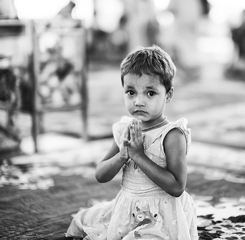 [フリー画像素材] 人物, 子供 - 女の子, 祈る, モノクロ, ミャンマー人 ID:201303141200