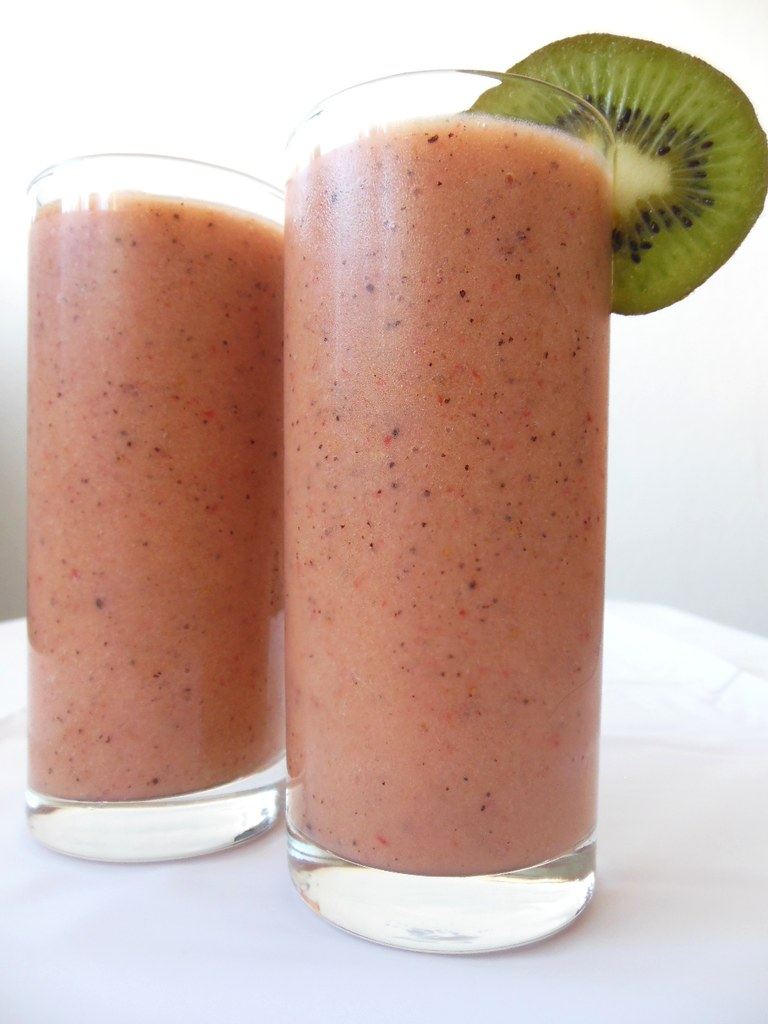 How to make a super delicious Kiwi, Banana and Strawberry smoothie by Green | Lia Belle's Green, Natural & Organic