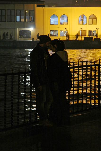 Lovers in Kadikoy at night, Istanbul, Turkey カドゥキョイ、恋人たちの夜