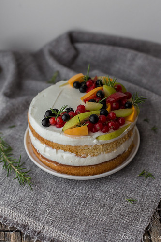 Naked cake with ricotta, mascarpone and fresh fruit