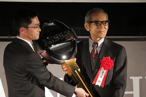 日産自動車 須山マーケティングディレクター(左)と夏八木勲さん