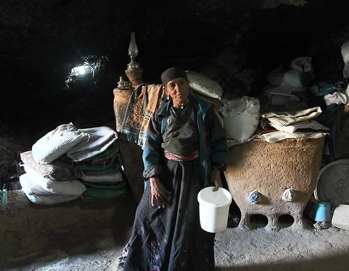 תושבת במראייר אל עביד. מהאזורים העניים ביותר בארץ