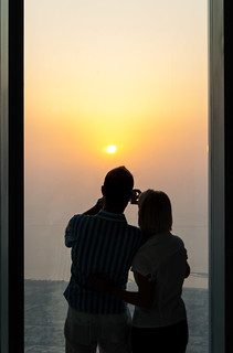 "Couple de touristes et coucher de soleil depuis la plateforme d'observation ""At The Top"" de la Burj Khalifa Tower"