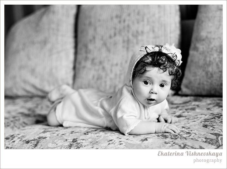 фотограф Екатерина Вишневская, хороший детский фотограф, семейный фотограф, домашняя съемка, студийная фотосессия, детская съемка, малыш, ребенок, съемка детей, кудри, кудряшки, красивые глаза, красивый портрет, чёрно-белое фото, удивление, эмоции, фотограф москва