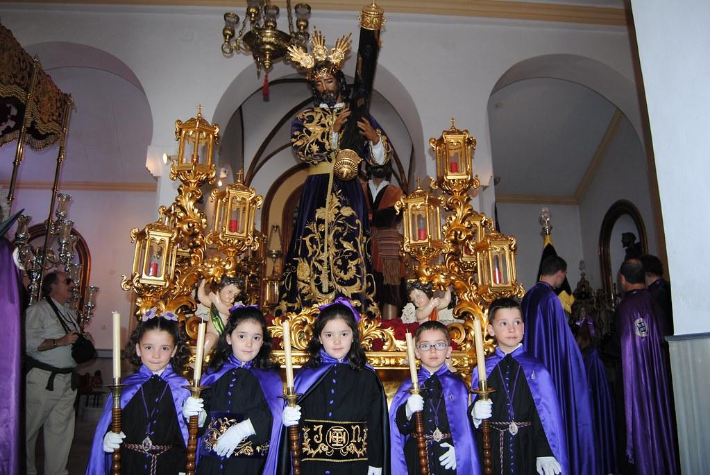 Jóvenes penitentes ante el trono de Padre Jesús, en su ermita de San Benito antes de procesionar. FOTO: ÁNGEL MEDINA LAÍN
