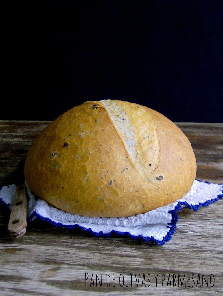 Pan de olivas y parmesano