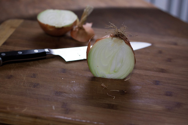 how to dice an onion, pictures of hot to dice an onion, how to cut an onion properly