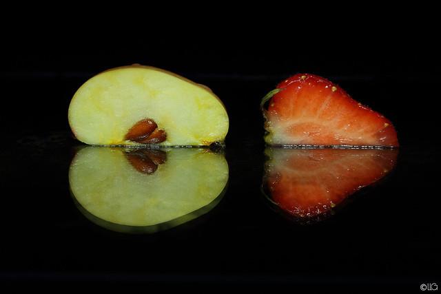 Duo mirror fruit - Macromonday 29/08 : In the mirror