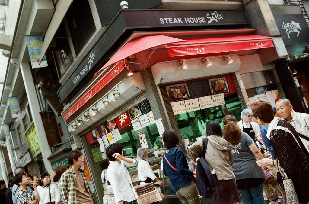 中野 吉祥寺 Tokyo, Japan / Kodak ColorPlus / Nikon FM2 不知道在排什麼,有點忘記的,但真的很多人在排隊,從遠遠的地方就看到這裡一撮人在排隊。  Nikon FM2 Nikon AI AF Nikkor 35mm F/2D Kodak ColorPlus ISO200 0995-0003 2015/10/01 Photo by Toomore
