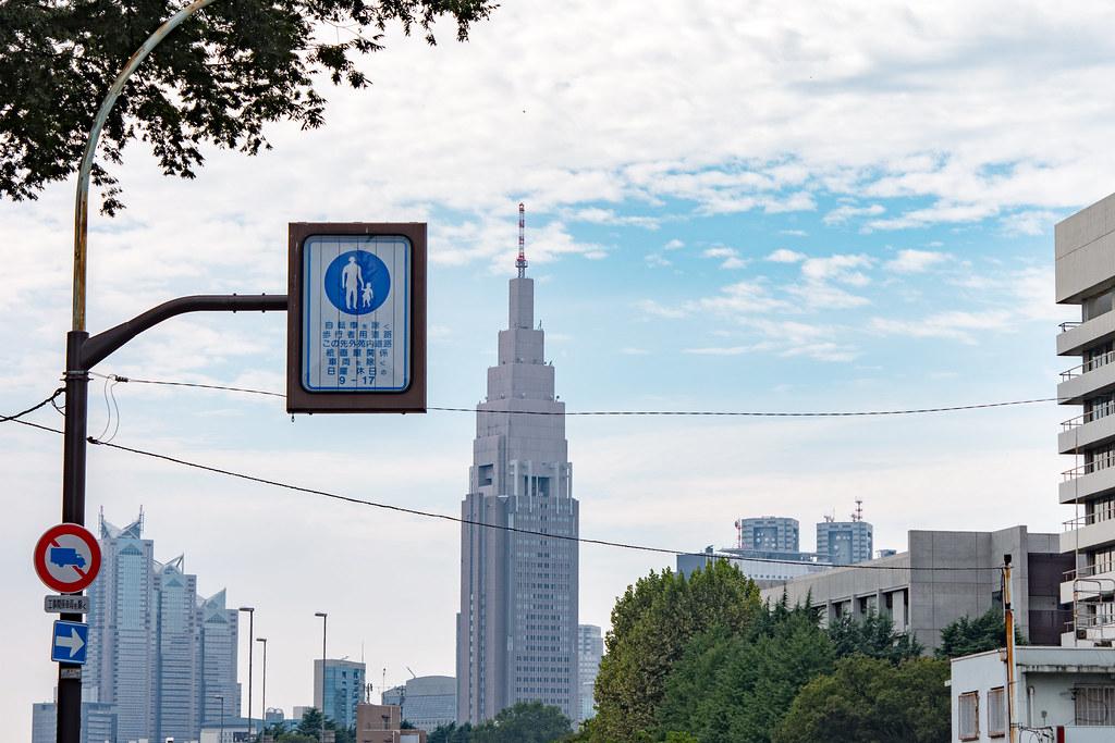 信濃町駅前からドコモタワーを望む (昼)