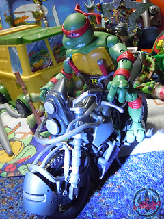 "TEENAGE MUTANT NINJA TURTLES - CLASSIC COLLECTION :: RAPHAEL xxii // .. with NIGHTWATCHER ""STUNT RIDER"" Motorcycle  (( 2012 ))"