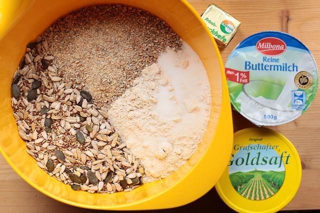Vollkornbrot mit Buttermilch und Rübenkraut