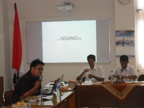 Pajar Hatma presentasi ttg kajian geladangan dalam diskusi bulanan Fakultas Dakwah UIN Sunan Kalijaga