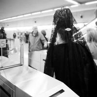 Mujer de mantilla saliendo del Metro