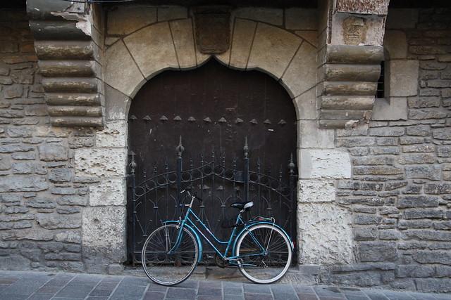 Bici en puerta medieval
