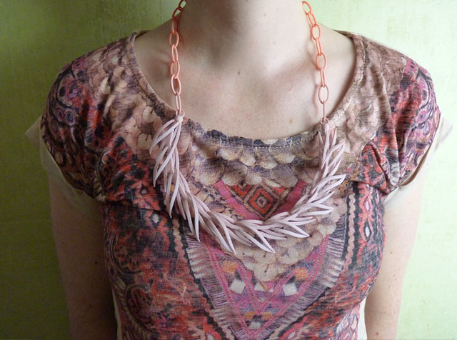 Reeds necklace in peach/ecru