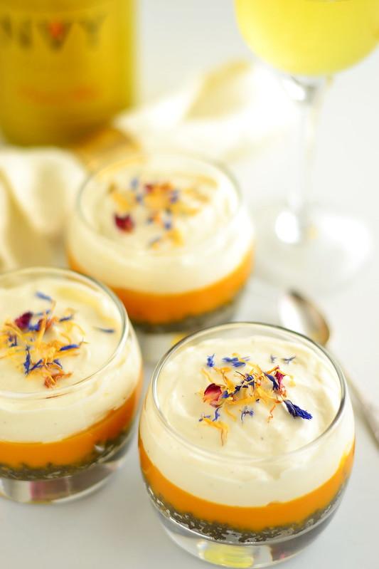 musta seesami ja mangoga dessert lilleõitega