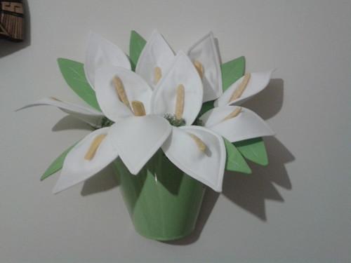 Um vaso em metal com jarros em tecido by Linhas Arrojadas Atelier de Costura ® Trademark
