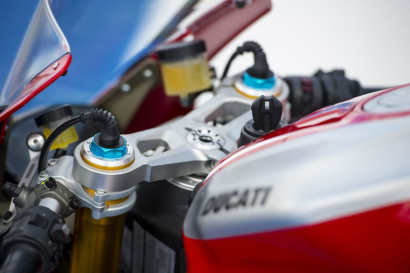 2013-ducati-1199-panigale-r-official-pictures-photo-gallery_17