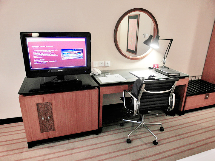 grand mercure roxy hotel tv and desk