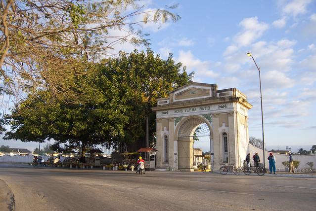 Puerta central del cementerio general de la ciudad de for Cementerio parque jardin la puerta