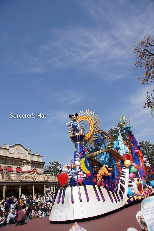 とにかく青空が似合うパレードでしたね。広角で空を入れても絵になります。