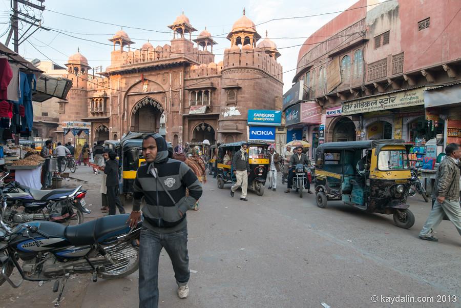 Город Биканер. Индия. Рынок у стены