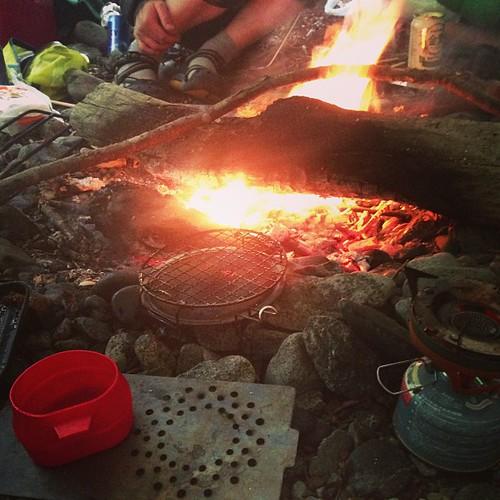 タープ下で焚き火
