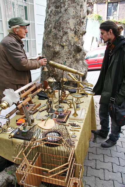 Street antique shop in Istanbul, Turkey イスタンブール新市街の路上アンティークショップ