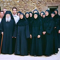 Père Placide avec les sœurs de Solan