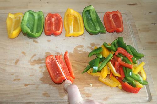 18 - Paprika entkernen & in Streifen schneiden / Remove core & cut in slices