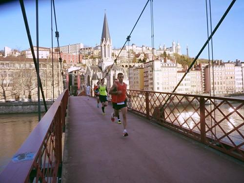 Ο Θεοδωρακάκος διασχίζει μια γέφυρα στην πανέμορφη Λυόν