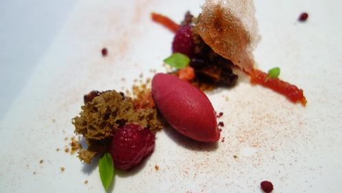 Tomate (en puré, confitado y en lámina caramelizada), sorbete de frambuesas con nueces cantonesas a las 5 especias chinas y frambuesas al jengibre