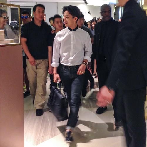 G-Dragon_HarveyNichols-COLOMBO_VIA_DELLA_SPIGA-HongKong-20140806 (41)