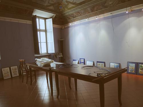 frescoed stanza con tavoli