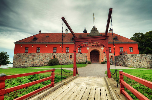bridge castle grass stone wall architecture clouds wooden chains bush gate exterior sweden path flag historical sverige fortress hdr gravel gripsholm mariefred gripsholmsslott