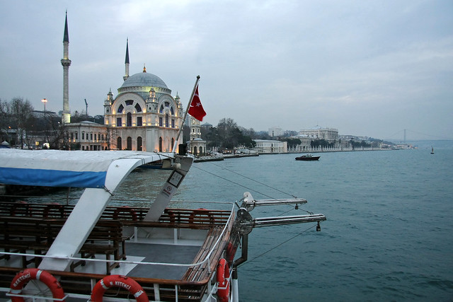 Dolmabahçe Mosque from the ferryboat, Istanbul, Turkey イスタンブール、渡し船から見たドルマバフチェ・モスク